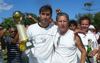 O capitão do Treze Coqueiral, Celso Paulo, o Sassá, recebendo o troféu de campeão de 2009. Foto: Paulo Lulo.