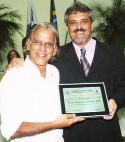 O surfista, publicitário e colaborador do jornal O Saquá, Rossini Maraca com o vereador Paulo Renato.