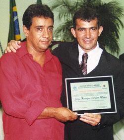 O vereador Amarildo Orelha com o seu homenageado, o amigo Jorge Henrique Pereira Muniz.