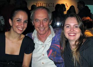 O ex-ministro Carlos Minc, um dos homenageados, entre as designers Mariana Bernardes e Lia Caldas.