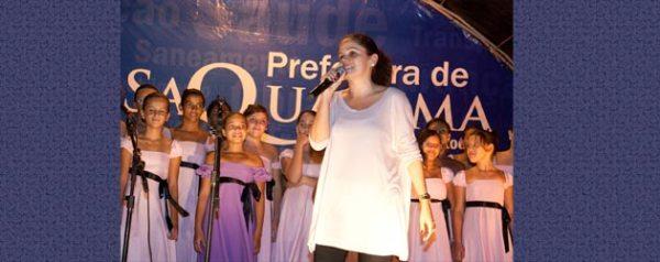 A prefeita Franciane, madrinha do festival e do Coral Escola que canta. Foto: Camilo Mota.