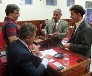 Os dois líderes Romacart, da situação, e Amarildo (Orelha) da oposição participam da apuração dos votos das Comissões.