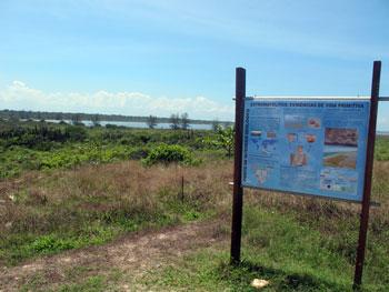 Placa sobre os estrematólitos, formações rochosas, nas margens da Lagoa Vermelha em Vilatur.