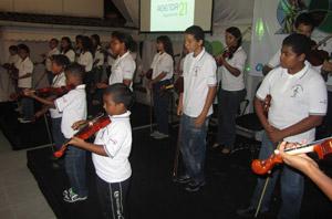 Os pequenos violinistas do grupo Renascer na Música, da Creche Renascer, de Jaconé. Foto: Monique Barcellos.
