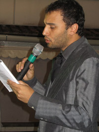 O ator Rafael Tavares interpretando um poema de Alberto de Oliveira. Foto: Monique Barcellos