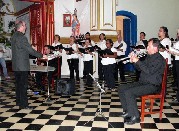 O maestro Ezequiel regendo o grupo Opus Coral e Orquestra na Cantata de  Páscoa na Matriz