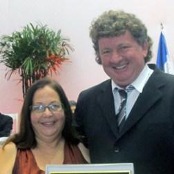 O vereador Sarita com a homenageada Emydia de Melo