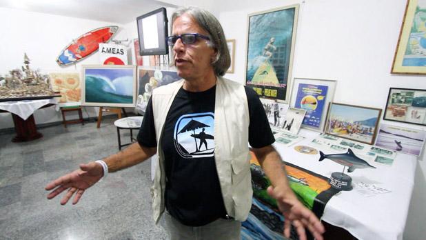 Maraca, curador da exposição da História do Surf em Saquarema, visitada por centenas de pessoas, na Pousada Espuma da Praia. Foto: Pedro Monteiro.