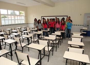 As salas de aula, com capacidade para 42 alunos, são amplas, claras e arejadas