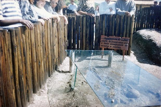 A vitrine de vidro blindex protege o esqueleto na exposição permanente inaugurada junto com a Praça do Sambaqui da Beirada, em 1997. Foto: Edimilson Soares