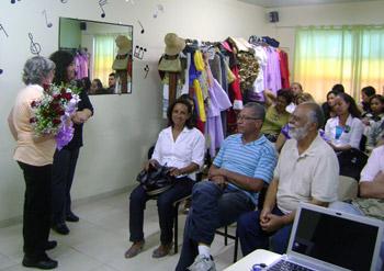 A arqueóloga Filomena Crancio foi homenageada com rosas por seu empenho na preservação dos sambaquis de Saquarema O Coral Escola que Canta também participou da festa de aniversário