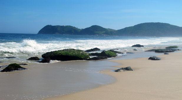 O porto ficará ao lado das beachrocks de Jaconé, importantes registros geológicos que compõem o Geoparque que está sendo criado no Rio de Janeiro, entre Maricá e Campos. Foto: Edimilson Soares