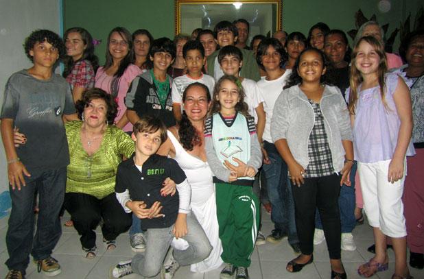 A atriz e professora Lucia Duarte (no centro abaixo) com crianças e jovens na aula inaugural do 1° Curso de Interpretação para Teatro e TV de Saquarema, em Bacaxá. Foto: Monique Barcellos