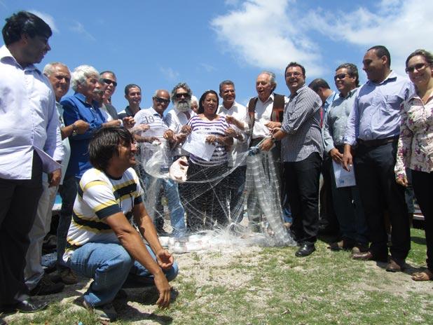 O secretário Minc entre autoridades municipais e pescadores das Lagoas de Araruama e Saquarema, na distribuição de 1.700 redes ecológicas, para vários municípios. (Foto: Dulce Tupy)