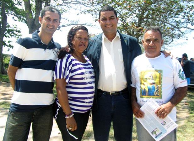 O superintendente federal do ministério de Pesca e Aquicultura, Luciano Vidal, com os representantes dos pescadores de Iguaba, Leandro Coutinho, de Araruama, Nadrijane dos Santos, e Saquarema, Matheus Alves.