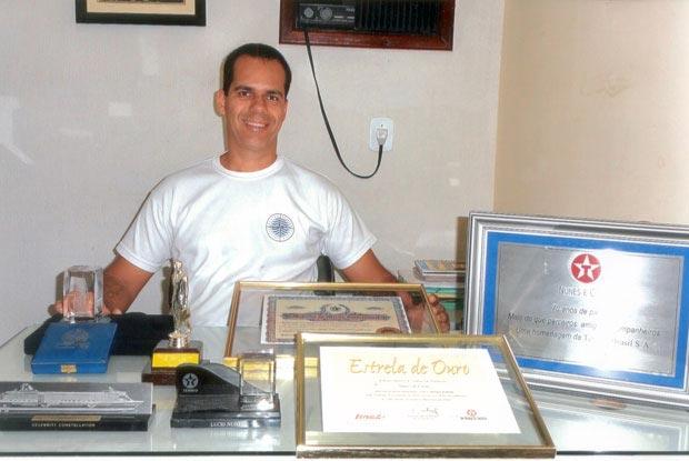 Lucio Nunes (neto), administrador do Posto Bacaxá-Ipiranga, com alguns troféus e homenagens conquistados ao longo da história do primeiro posto de Saquarema