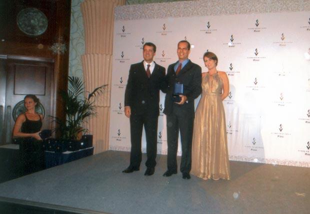 Lucio Nunes (neto) e a esposa Carla em Dubai, nos Emirados Árabes, recebendo o Troféu Ipiranga de Excelência no Alcance de Metas e Resultados 2010