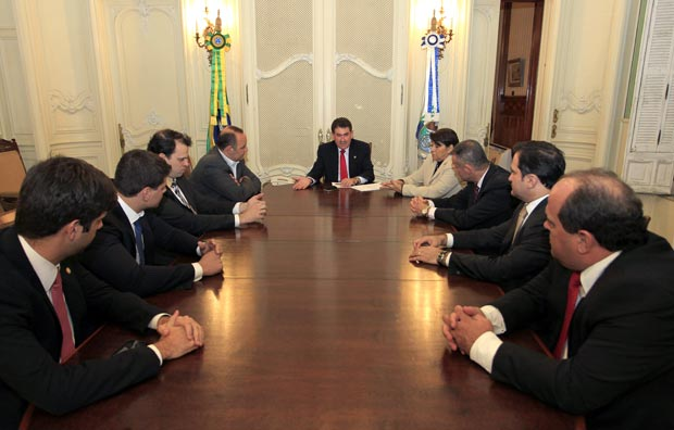 Paulo Melo despachando como governador no Palácio Laranjeiras, no Rio, com a bancada de deputados do PMDB, seus pares na Assembleia Legislativa (ALERJ), onde ele é presidente. (Foto: Divulgação)