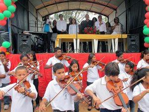 As crianças e jovens do Projeto Renascer na Música. (Foto: Edimilson Soares)