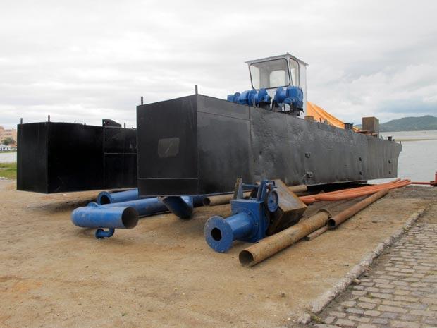A gigantesca draga já está preparada para retirar toneladas de areia da lagoa