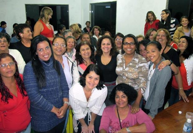 Mulheres de Jaconé se reúnem em torno da prefeita Franciane Motta e da líder feminina Adriana, esposa do comerciante Vander Vignoli. (Fotos: Edimilson Soares)