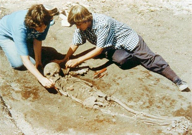 As arqueólogas Filomena Crancio e Lina Kneip nas escavações do Sambaqui da Beirada.