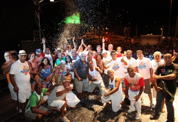 Todos os blocos de Saquarema se apresentaram  no palco na Batalha de Confetes. (Foto: Waldo Siqueira)