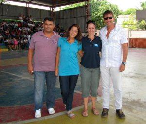 O inspetor da escola Jonas Alves dos Santos, a bióloga e professora  Beatriz Vanacôr, a coordenadora nacional do programa Bandeira Azul  Leana Bernardi e o secretário de Turismo Armando Ehrenfreund. (Foto: Monique Barcellos)