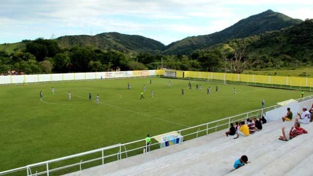 O Estádio Lourival Gomes, o Lourivalzão, no Tingui, onde treina o time  Sampaio Corrêa. Na foto, o jogo contra o Angra dos Reis,  quando o time de Saquarema ganhou por 3 x 0. Foto: Edimilson Soares