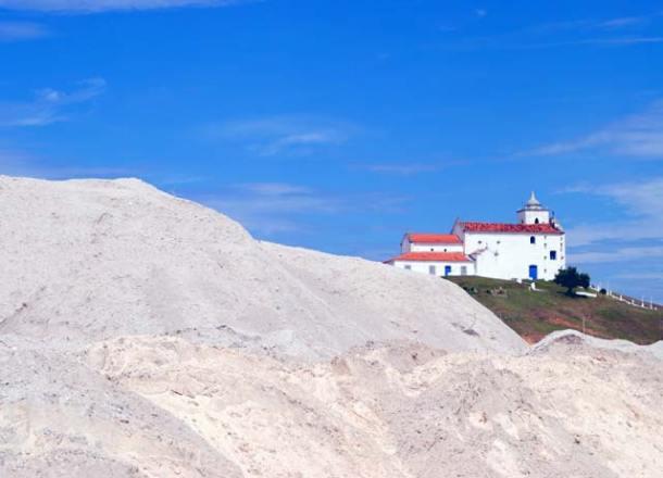 Monte de areia dragada do fundo da lagoa. Foto: Agnelo Quintela