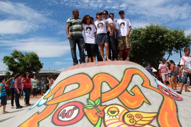 Na arte com grafite, a palavra paz representa o apelo da atriz Cissa Guimarães e das autoridades no alto da pista. Fotos: Edimilson Soares
