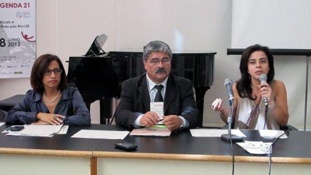 Rosa Formiga, diretora do Inea, o prefeito Carlos Pereira, presidente do Conleste e Karla Matos, da Agenda 21 do Estado do Rio de Janeiro. (Foto: Dulce Tupy)