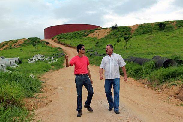 O coordenador operacional, Everaldo Souza, e o supervisor de engenharia, Arlindo Pereira,  vistoriando a construção do novo reservatório de metal em São Vicente. (Foto: Edimilson Soares)