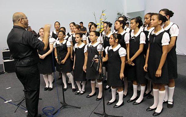 O maestro Moisés regendo o Coral Escola que Canta em recente apresentação na Centro do Vôlei. (Foto: Edimilson Soares)