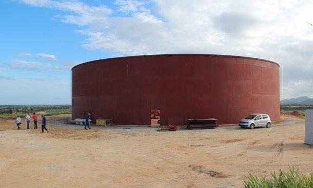 O grande reservatório de metal que está sendo construído em São Vicente vai beneficiar Araruama e Saquarema. (Fotos: Edimilson Soares)