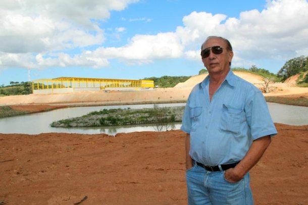 O empresário Ernesto Maia, em frente à fábrica que está sendo construída no Palmital. (Fotos: Edimilson Soares)