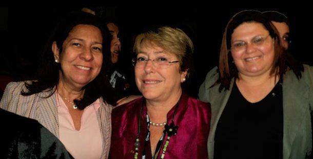 Rosângela Borges, secretária da Mulher de Saquarema; Michelle Bachelet, diretora da ONU Mulher e Jaqueline Soraggi, presidente do Conselho Municipal dos Direitos da Mulher em Araruama, no CEDIM, durante a Rio+20. (Foto: ASCOM/Araruama/Coordenadoria da Mulher)