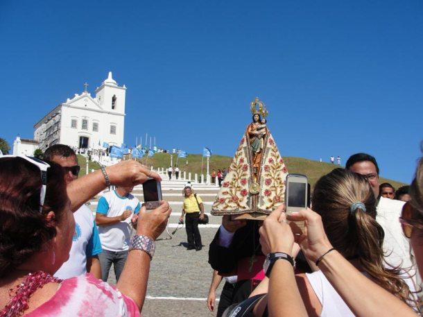 Fiéis fotografam a imagem de Nossa Senhora de Nazaré do Belém do Pará aos pés da Igreja Matriz Nossa Senhora de Nazareth. (Foto: Paulo Lulo)