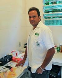 O veterinário Jayle Mattos Filho, no consultório do Horto Florestal em Sampaio Corrêa.