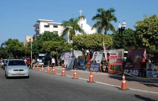 A Praça Santo Antônio tornou-se um  palanque a céu aberto onde os candidatos exibem  suas gigantescas placas em busca da atenção dos eleitores. (Foto: Agnelo Quintela)
