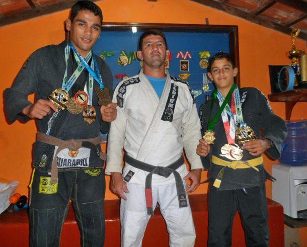 O professor Renato Perninha entre os campeões Jaime Canuto e João Victor. (Foto: Ludmila Costa)