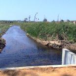 O canal extravasador permite o fluxo das águas evitando o transbordamento da lagoa. (Fotos: José Arena)