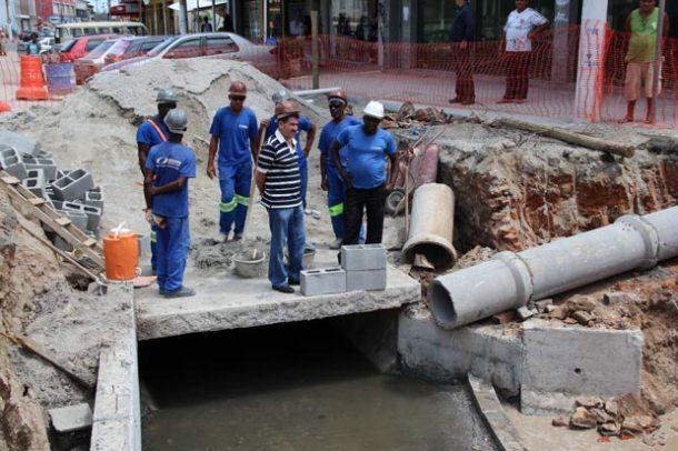 O deputado confere de pertinho toda estrutura  da obra junto aos operários em Bacaxá. (Foto: Edimilson Soares)