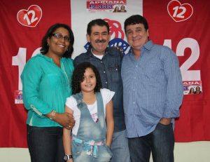 Adriana de Vander com Paulo Melo, a filha Keyla e o marido Vander. Adriana será mais uma voz feminina na Câmara.