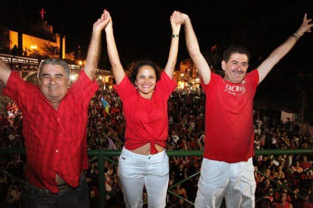 O vice Zequinha, a prefeita Franciane, e o presidente da Alerj Paulo Melo comemoram em cima do trio elétrico, logo após o resultado das eleições. (Foto: Waldo Siqueira)