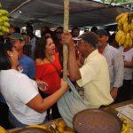 Momento de descontração durante o contato com os eleitores na tradicional feira em Bacaxá. (Foto: Agnelo Quintela)