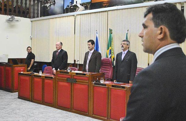 A mesa da solenidade realizada na Câmara Municipal de Saquarema. (Fotos: Agnelo Quintela)