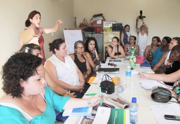 As consultoras da Petrobras, Patricia Kranz (em pé) e Ana Paula (em primeiro plano, à esquerda), estiveram na sede da AMEAS, em Saquarema. (Foto: Dulce Tupy)