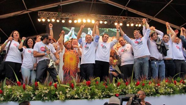 Políticos e artistas unidos no mesmo palco do protesto. (Foto: Luiz Mourier)