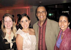 Nos extremos da foto, a equipe O Saquá, Alessandra Calazans e Monique Barcellos, sendo recepcionada pelos jornalistas anfitriões Joelma Celestrini e Marcio von Kriieger. (Foto: Guilherme Stocchero)